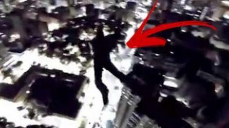 Dupla dribla segurança e salta de paraquedas do alto do Edifício Itália em São Paulo